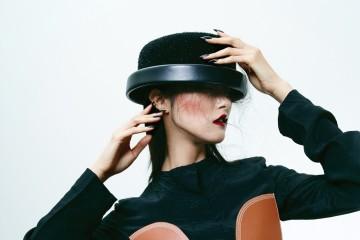 화려한 다이아몬드를 세팅한 18K 화이트 골드 '입노즈' 시계와 다이얼 전체를 다이아몬드로 풀 파베 세팅한 타원형의 18K 핑크 골드 '입노즈' 시계는 까르띠에(Cartier). 가죽 패치워크 장식의 블랙 톱 스커트는 로에베(Loewe). 보터 햇은 샤넬(Chanel).