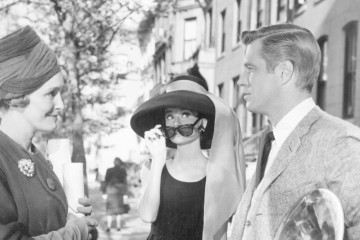 (1961) 홀리(오드리 헵번 분)는 이웃 폴(조지 페파드 분)이 이웃집 여자와 다정하게 대화를 나누는 게 신경 쓰인다.