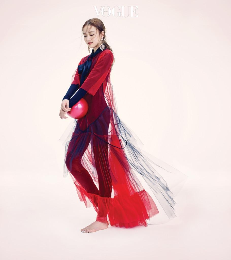 손연재가 입은 보디수트와 벨벳 레깅스는 월포드(Wolford), 빨간색 튤 드레스는 스텔라 맥카트니(Stella McCartney), 그 위에 레이어드한 검은색 보우 네크라인의 홀터넥 튤 드레스는 YCH, '크리스털 블로섬' 샹들리에 귀고리는 마위(Mawi at Bbanzzac).