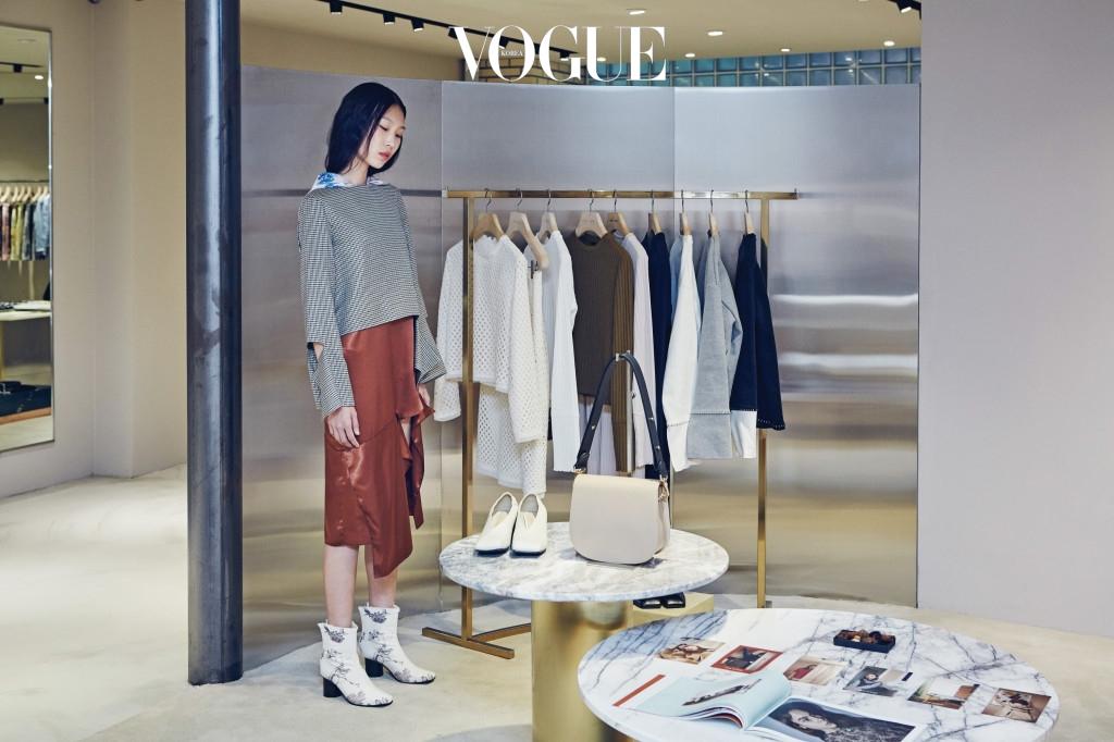 모델이 입은 의상과 신발은 로우클래식.