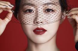 장혜진이 입은 라운드넥 드레스는 에르메스(Hermès), 베일은 수야(Sooya).