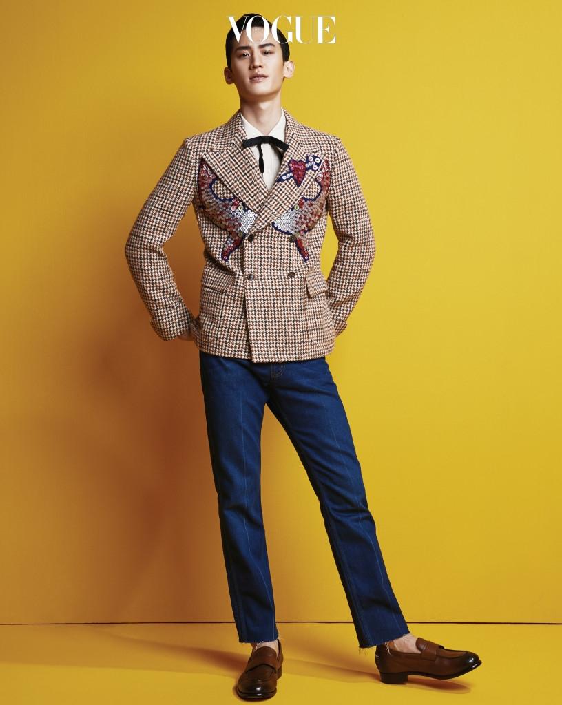 이대훈이 입은 단추 자수 장식 하운즈투스 재킷, 실크 셔츠, 데님 팬츠는 구찌(Gucci), 블랙 실크 보타이는 디올 옴므(Dior Homme), 갈색 로퍼는 에르메네질도 제냐(Ermenegildo Zegna).