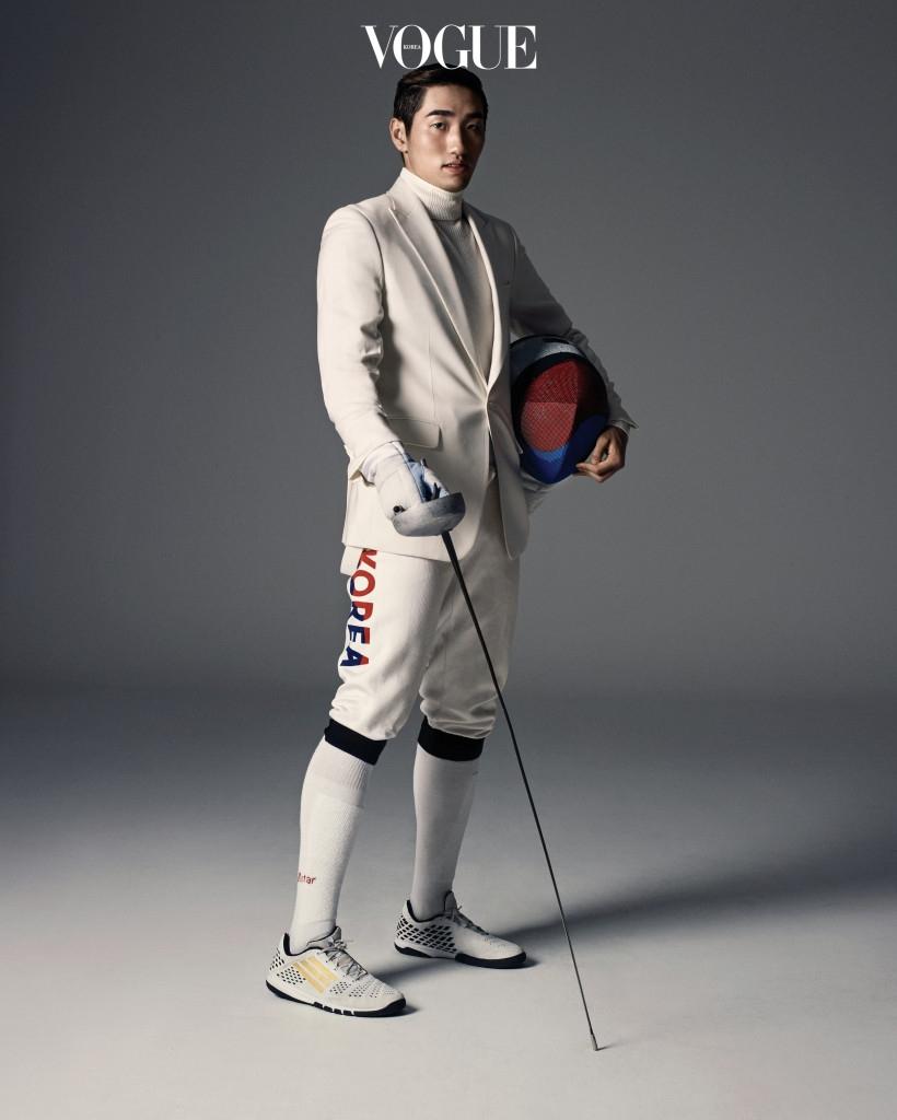 박상영의 펜싱복 하의와 매치한 아이보리색 피크트 라펠 재킷은 바톤 권오수(Baton Kwonohsoo), 터틀넥 니트는 코스(Cos).