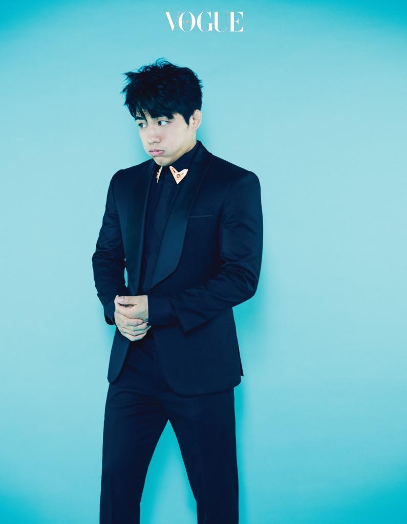 안창림이 입은 턱시도 수트는 비아 바이 이정기(Via by Lee Jung Ki), 칼라 깃에 금속 장식이 달린 셔츠는 지방시 바이 리카르도 티시(Givenchy by Riccardo Tisci at Boon The Shop Men).