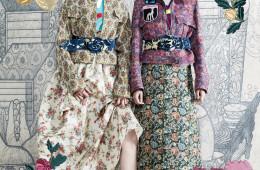 왼쪽 모델의 플라워 자카드 블루종은 로우클래식(Low Classic), 노방 실크로 만들어진 저고리는 차이 김영진(Tchai Kim Youngjin), 벽지 프린트 꽃무늬 긴 치마와 자카드 벨트는 미우미우(Miu Miu), 금속 장미 초커는 프라다(Prada), 메리 제인 슈즈는 보테가 베네타(Bottega Veneta). 오른쪽 모델이 입은 패치 장식 꽃무늬 자카드 블루종과 긴 치마, 두꺼운 벨트는 미우미우, 원색 저고리는 차이 김영진, 컬러 크리스털 초커는 랑방(Lanvin).