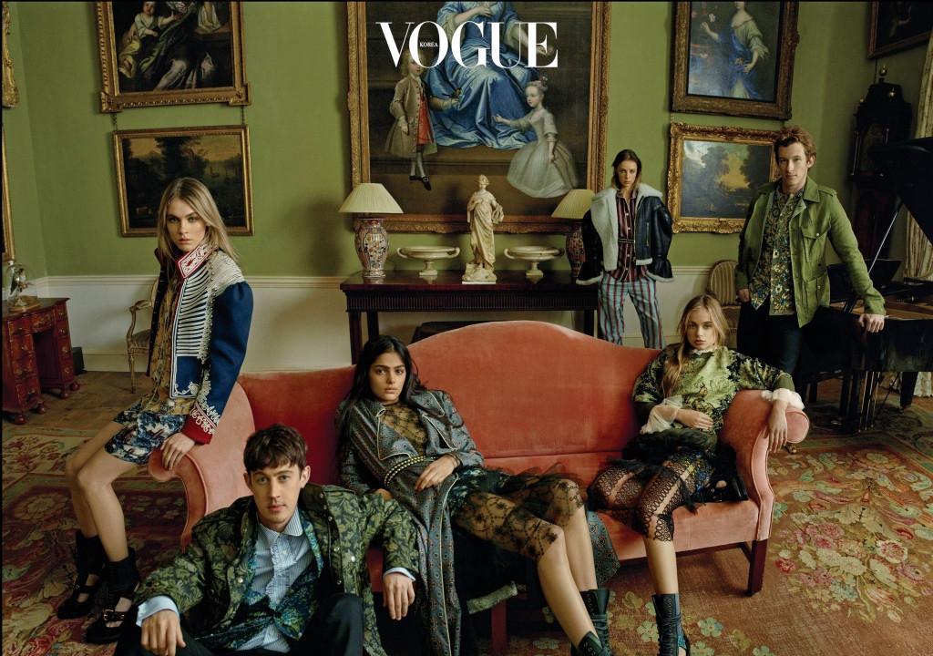 (왼쪽부터)모델 플로 밀라, 배우 알렉스 샤프, 모델 엘리자 페어뱅크스, 에디 캠벨, 아멜리아 윈저 그리고 배우 칼럼 터너가 9월 19일에 공개된 새 시즌 의상을 입고 포즈를 취했다. 의상과 액세서리는 버버리.