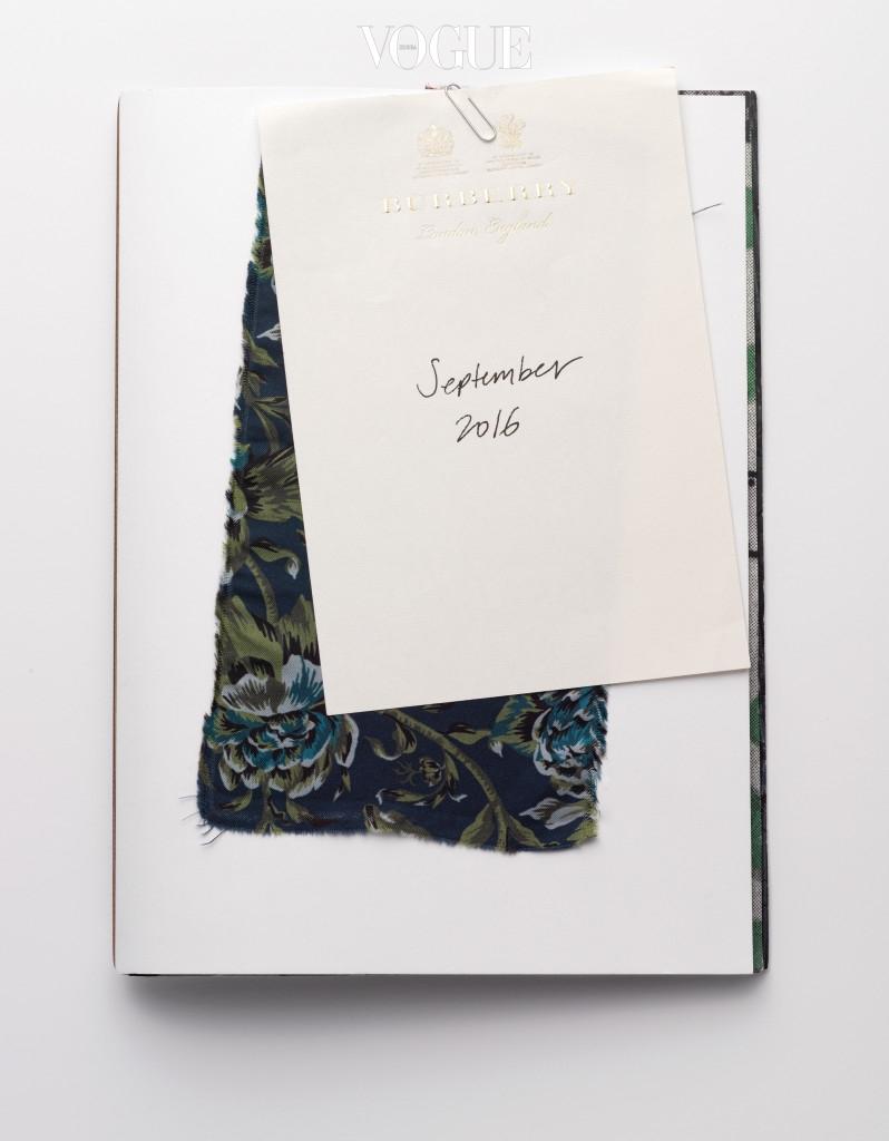 영국적인 무드로 가득한 셉템버 컬렉션의 인스피레이션 북. 낸시 랭커스터의 전설적인 정원, 빅토리아 앤 앨버트 뮤지엄 아카이브의 벽지들, 엘리자베스 시대의 드레스, 버지니아 울프의 , 영국 군인 제복 등 이번 컬렉션에 영감을 준 것과 디자이너의 스케치, 원단으로 빼곡히 채워져 있다.