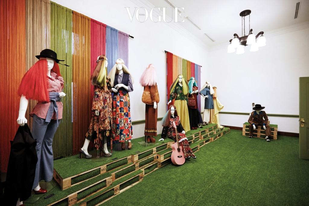 1970년대의 패션을 상징하는 통기타, 장발, 총천연색 히피 스타일 드레스. 이 시절 젊은이들에게 패션은 자유와 동의어였다.