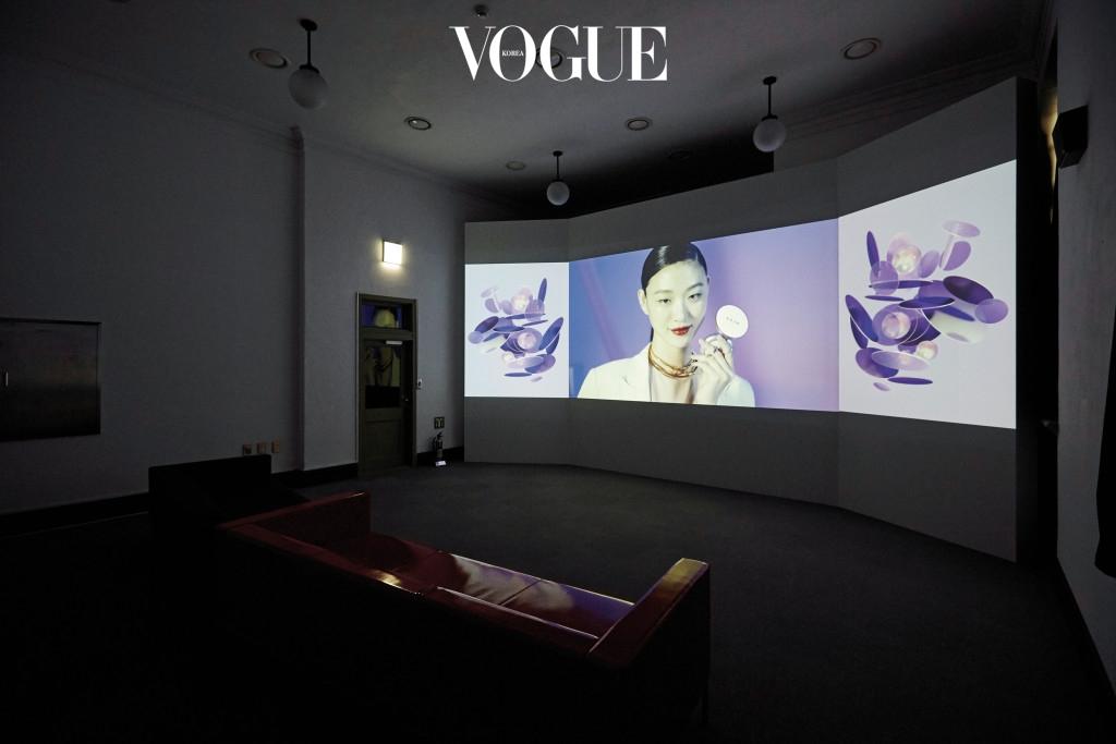 헤라와 함께한 프로젝트 동영상 '미, 간(美, 間)'에서는 지난 100년간의 뷰티 변천사를 한 화면으로 볼 수 있다. 헤라는 이번 전시에 제작 지원 협찬사로 참여했다.