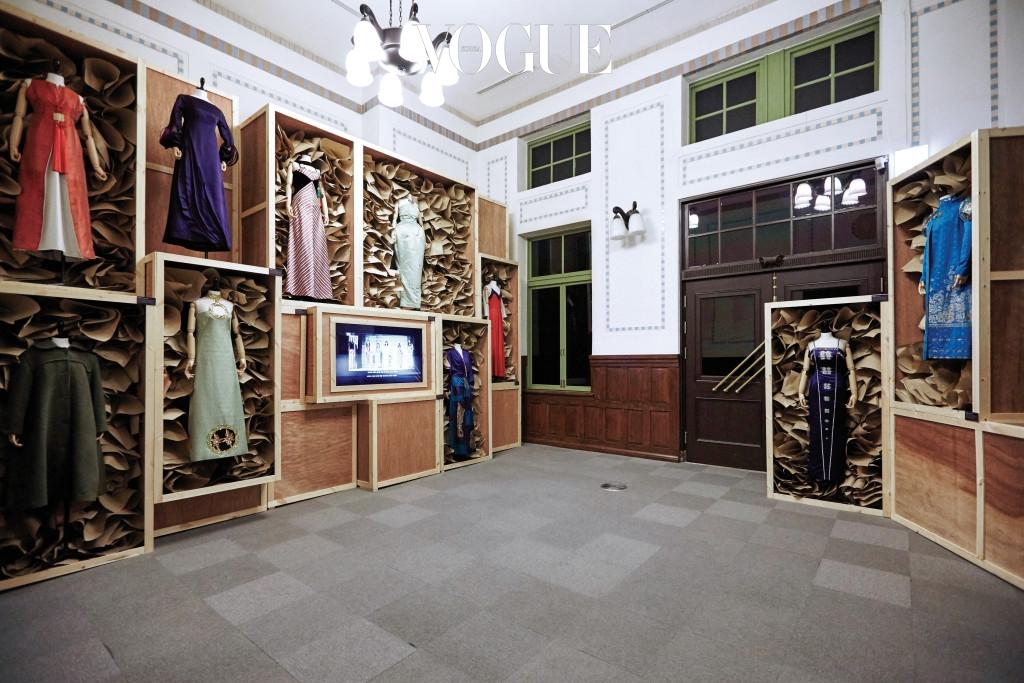 노라 노와 함께 명동 시대를 연 디자이너 최경자. 그녀는 국내 최초의 패션 교육기관인 함흥양재전문학원을 설립하기도 했다. 전시장에서 볼 수 있는 청자 드레스는 1959년 한국에서 열린 국제 패션쇼에서 선보인 것이다.