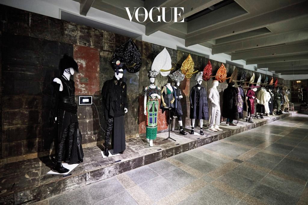 2000년대부터 현재의 패션을 보여주는 서측 복도 전시장. 지리적 경계가 허물어진 지금, '한국적인 스타일은 무엇인가?'에 대한 해답을 얻을 수 있을지도 모른다.