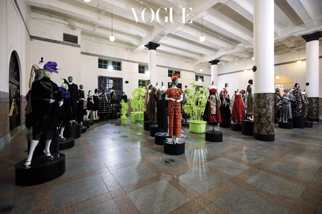 1990년대는 한국 디자이너들의 전성시대였다. 다목적홀에 마련된 90년대 전시관에는 앙드레 김, 트로아 조, 이용렬, 진태옥 등 당시를 호령한 디자이너들의 옷이 전시되어 있다.