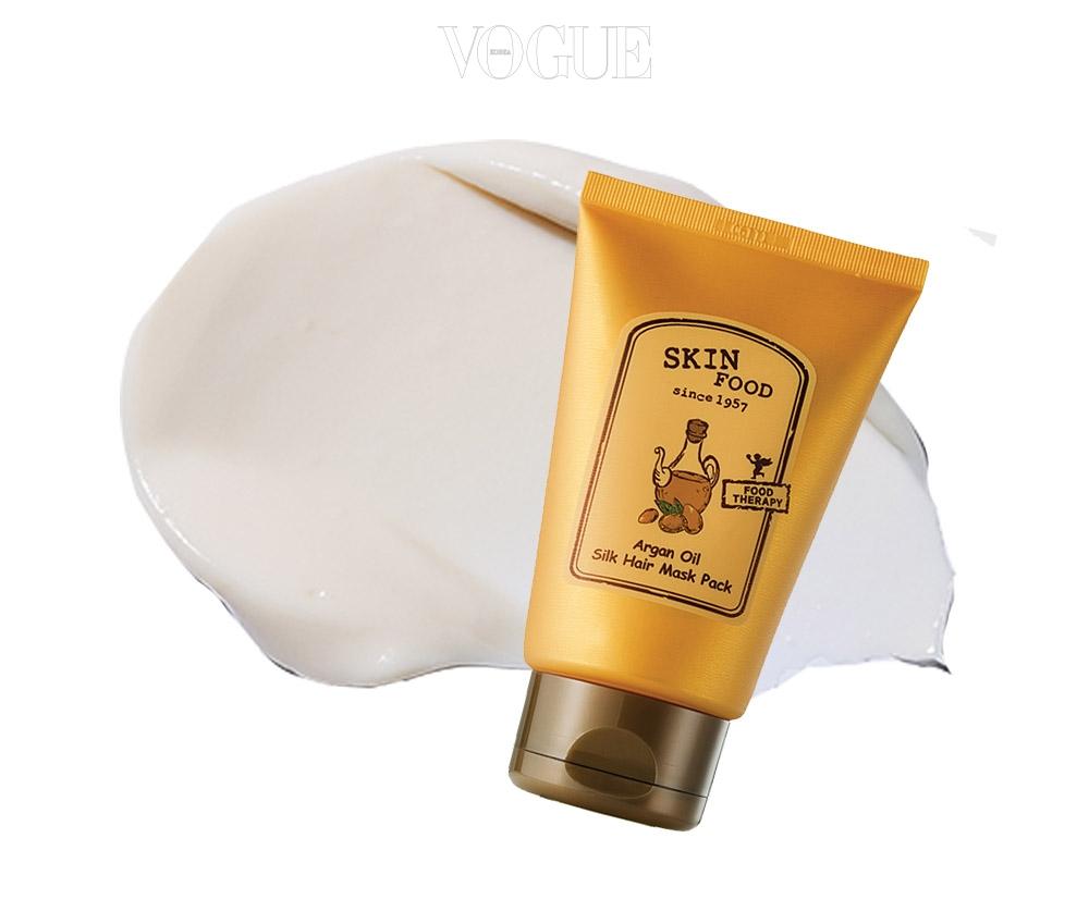 거칠어진 모발에 단백질을 집중 공급해 윤기 있게 가꿔준다. 스킨푸드의 '아르간오일 실크 헤어 마스크 팩'. 가격 9천원(200g).