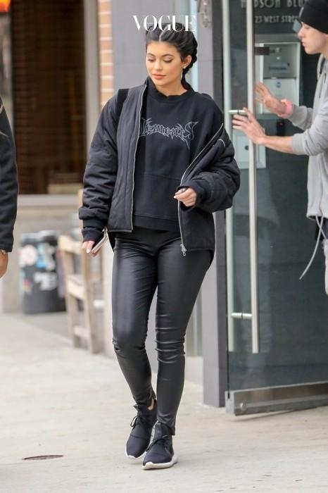 베트멍 스웨트셔츠와 보머 재킷을 입은 올 블랙 룩의 카일리 제너