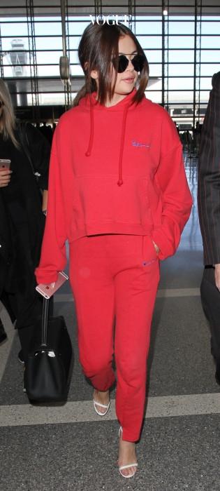 셀레나 고메즈의 공항룩은 베트멍의 레드 후디와 트레이닝 팬츠.