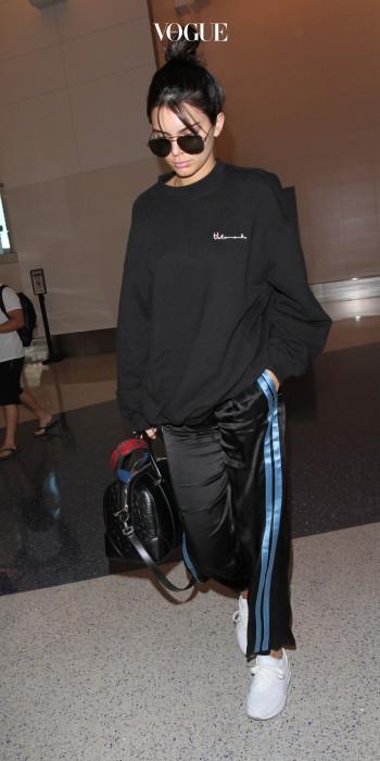 베트멍 스웨트셔츠에 트랙 팬츠를 매치한 켄달 제너의 에슬레저 룩