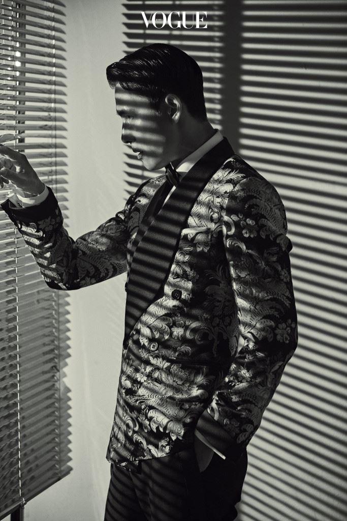 플라워 패턴의 브로케이드 소재 턱시도 수트와 셔츠, 보타이는 랄프 로렌 퍼플 라벨(Ralph Lauren Purple Label).