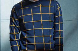 체크무늬 니트는 디올 옴므(Dior Homme), 화이트 셔츠와 블랙 팬츠는 바톤 권오수(Baton Kwonohsoo), 안경은 뮤지크x슈퍼 픽션(MuzikxSuperfiction)