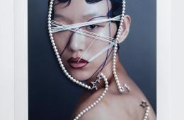 화이트 골드에 5.5mm 아코야 진주와 다이아몬드를 별 모티브로 장식한 90cm 길이의 긴 목걸이. 가슴골까지 길게 늘어뜨리거나 여러 줄로 감는 등 다양하게 연출 가능하다.