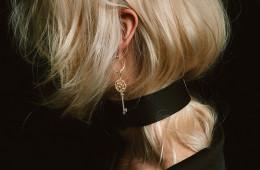 화이트 다이아몬드와 옐로 다이아몬드로 완성한 '칼레이도스코프 키' 플래티넘 펜던트는 '사랑하는 사람의 마음을 열어주는 열쇠'라는 의미가 담겼다. 알파벳 T를 곡선 처리한 다이아몬드 장식 후프 귀고리와 함께 연출했다.