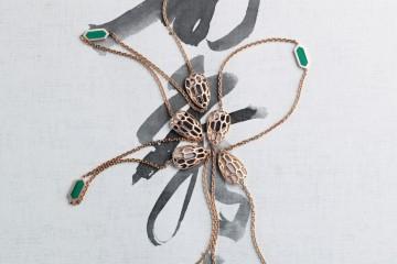 '수려미' 여섯 마리의 뱀이 모여든 것 같은 디자인의 긴 목걸이로 이음매 부분을 초록빛 말라카이트 스톤으로 장식했다.