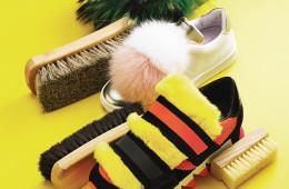 (위부터)풍성한 털이 신발 안쪽까지 뒤덮인 슬리퍼는 슈콤마보니(Suecomma Bonie), 여우털 폼폼으로 앞코를 장식한 슬립온은 조슈아 샌더스(Joshua Sanders at 10 Corso Como), 탈착 가능한 노란색 토끼털이 달린 오렌지색 운동화는 돌체앤가바나(Dolce&Gabbana). 연갈색, 진갈색 브러시는 알든(Alden at Unipair), 오른쪽 아래의 미니 브러시는 제이슨 마크(Jason Markk).