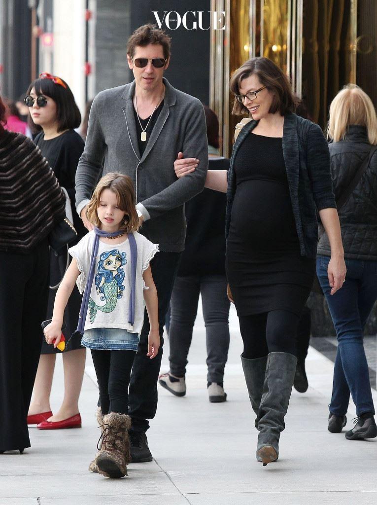 대표적인 감독-배우 커플 중 하나인 밀라 요보비치와 폴 W. S. 앤더슨. 둘째를 임신한 밀라가 베벌리힐즈에서 편한 복장으로 남편의 팔짱을 낀 채 걷고 있다.  시리즈 속 여전사의 딸 아니랄까봐, 그 앞을 걸어가는 에버 가보 앤더슨의 걸음걸이가 씩씩하다.