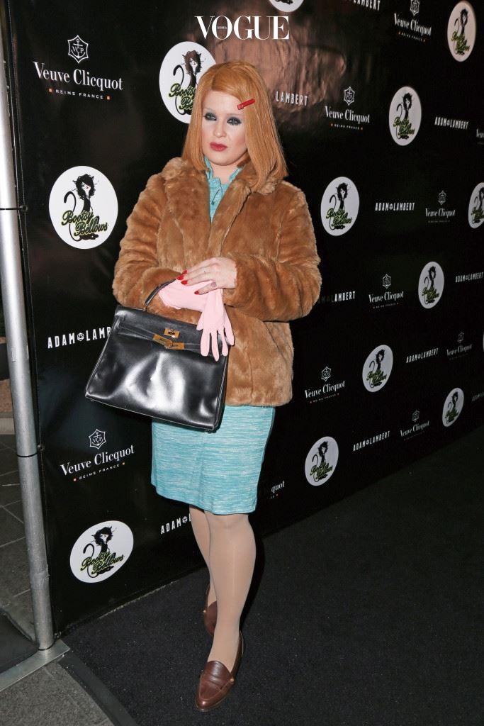 2001년 영화 에서 힌트를 얻은 켈리 오스본에겐 일단 아이디어 점수를 주고 싶다. 기네스 팰트로가 연기했던 마고로 변신한 것. 실루엣과 느낌은 영 달라도 얻어맞은 듯한 눈두덩과 단발의 블론드 헤어, 퍼 코트와 장갑까지 포인트를 콕 짚었다.