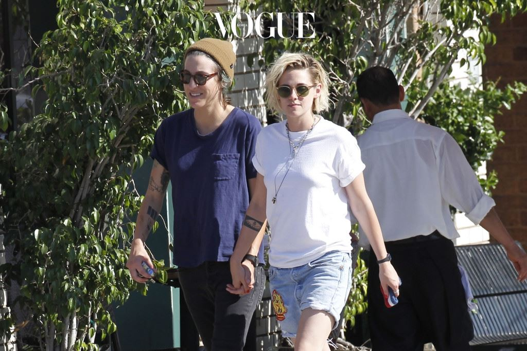 EXCLUSIVE: **PREMIUM EXCLUSIVE RATES APPLY** Kristen Stewart seen holding hands with her girlfriend Alicia Cargile after having lunch at En Sushi. Pictured: Kristen Stewart and Alicia Cargile Ref: SPL1267928  250716   EXCLUSIVE Picture by: Splash News Splash News and Pictures Los Angeles:310-821-2666 New York:212-619-2666 London:870-934-2666 photodesk@splashnews.com