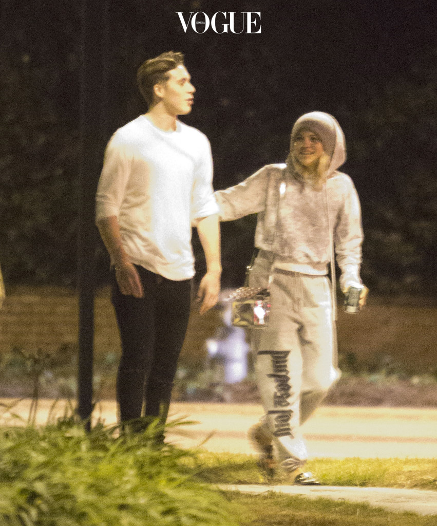 EXCLUSIVE: *PREMIUM EXCLUSIVE RATES APPLY* Brooklyn Beckham and Sofia Richie look close on a midnight stroll through Beverly Hills on October 28. Sofia had her arm on Brooklyn as the celebrity offspring walked along together, a short distance in front of a couple of friends. They found a beach ball in the street and Sofia playfully kicked it along. When they realized they had been spotted by a photographer they quickly split up and ran down an alleyway. Pictured: Brooklyn Beckham and Sofia Richie Ref: SPL1381181  311016   EXCLUSIVE Picture by: SPW / Splash News Splash News and Pictures Los Angeles:310-821-2666 New York: 212-619-2666 London:870-934-2666 photodesk@splashnews.com
