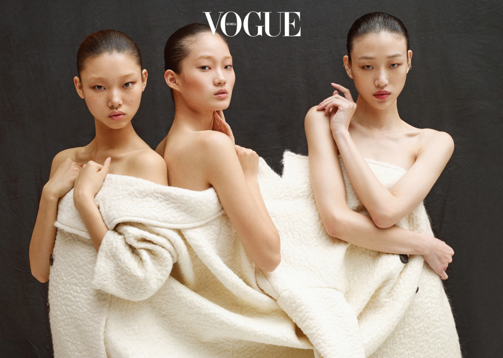 하트 같은 얼굴의 배윤영, 가느다란 눈매의 신현지, 백자처럼 하얀 피부를 가진 최소라. 그들이 입은 큼지막한 화이트 울 코트는 디올(Dior).
