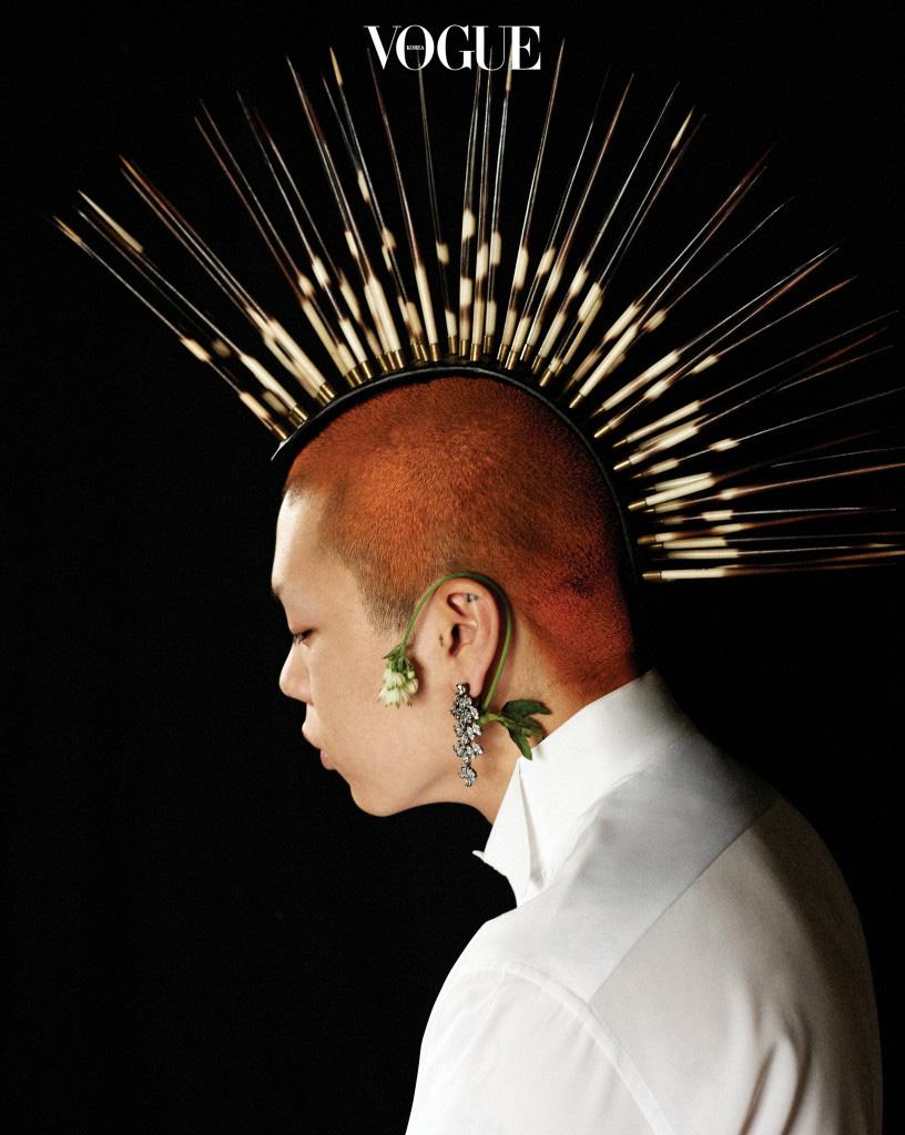화이트 셔츠는 디올 옴므(Dior Homme), 귀고리는 CZ 바이 케네스 제이 레인(CZ by Kenneth Jay Lane).