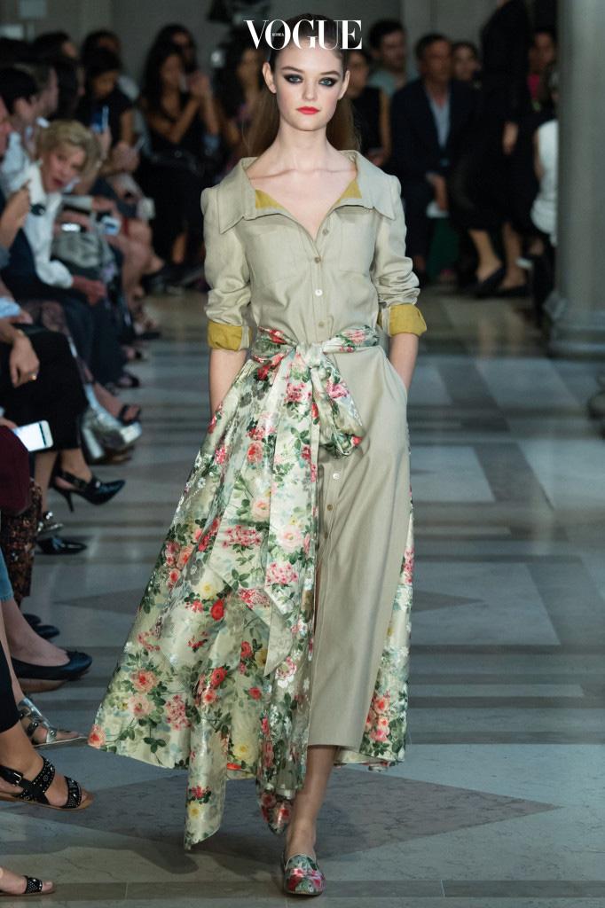 뉴욕의 아름다운 미술관, '프릭 컬렉션'에서 열린 2017 S/S 컬렉션. 지난 35년 동안 선보인 스타일을 새롭게 변형한 디자인이 많았다.