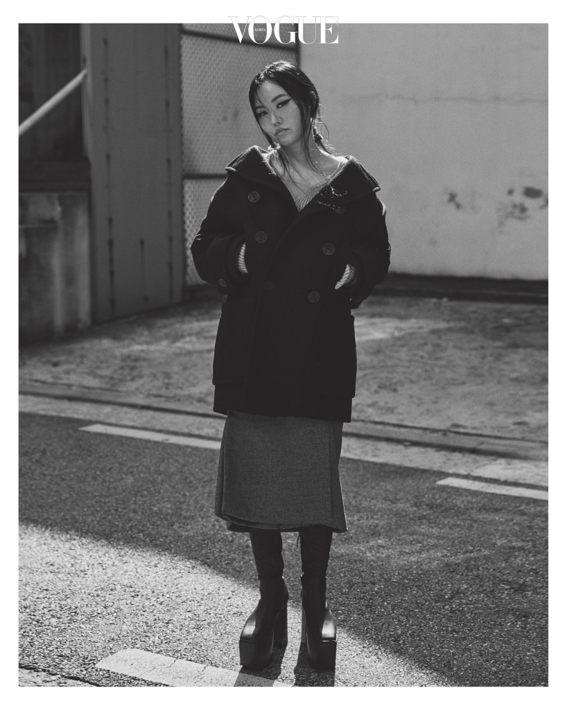 YG의 스타일리스트 지은. 사람들의 선입견과 달리 그녀는 워커홀릭이다. 촬영 전날까지 일본에서 일이 있던 그녀는 인천 공항에서 스튜디오로 바로 달려왔다.