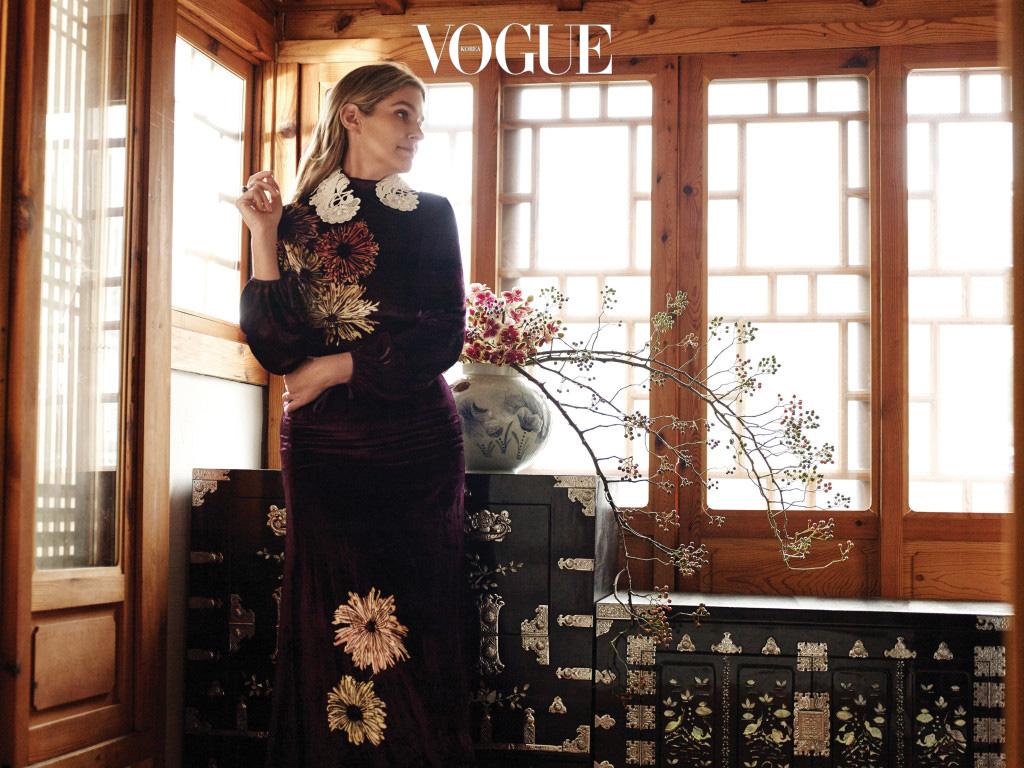 꽃, 예술, 여행, 패션은 에어린 뷰티 컬렉션의 무한한 영감이 되어준다. 오리엔탈 무드의 벨벳 원피스는 프라다(Prada), 진주 장식 반지는 수엘(Suel).