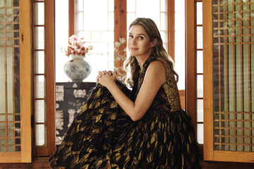 클래식하면서도 모던한 아름다움을 최우선으로 여기는 에어린 뷰티. 금실로 완성한 태슬 장식이 멋스러운 드레스는 돌체앤가바나(Dolce&Gabbana).