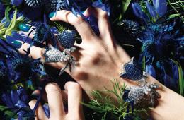 Blue Gentian푸른 빛깔의 용담초와 에키놉스, 엘엔지움과 어울린 사파이어 초롱꽃! 플래티넘에 사파이어와 다이아몬드로 완성한 '캄파뉼 클립'은 1969년에 제작됐다.