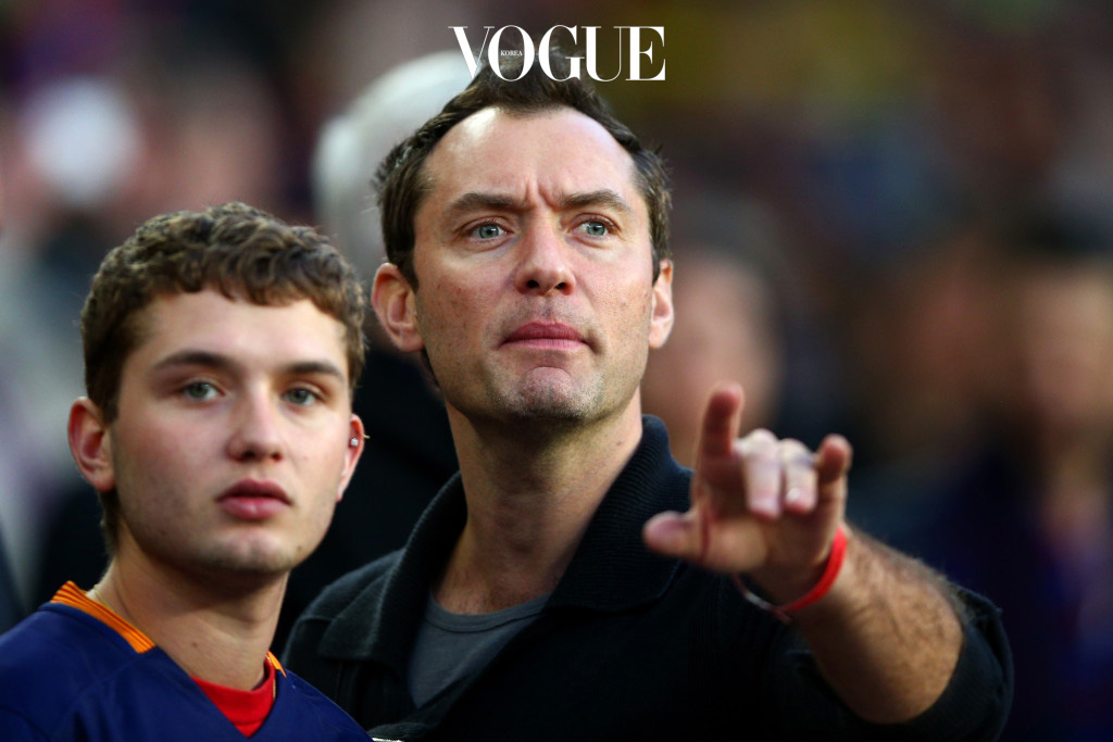 BARCELONA, SPAIN - APRIL 02:  Actor Jude Law takes his seat next to his son Rafferty Law before the start of the La Liga match between FC Barcelona and Real Madrid CF at Camp Nou on April 2, 2016 in Barcelona, Spain.  (Photo by Paul Gilham/Getty Images)