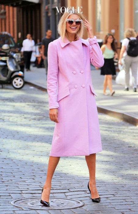 디카프리오의 옛 여친, 켈리 로르바흐. 평범한 디자인의 코트라도 핑크를 고르면 이렇게 여성미가 물씬!