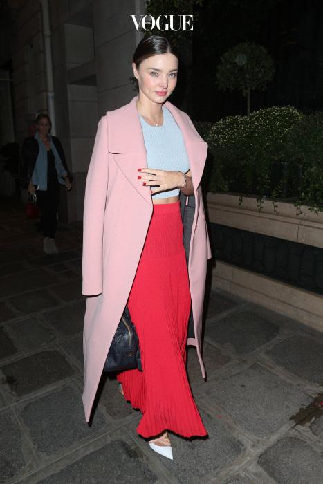 핑크와 레드가 찰떡 궁합이란 사실 알고 계시나요? 미란다 커가 몸소 보여주고 있네요! 빨간색 롱슼트에 핑크 코트를 걸치니 여성미가 두 배!