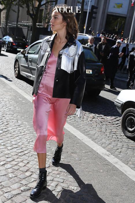 분홍색을 입고 싶어도 너무 공주병처럼 보일까봐 걱정된다면 알렉사 청처럼 터프한 가죽 재킷을 걸치세요!