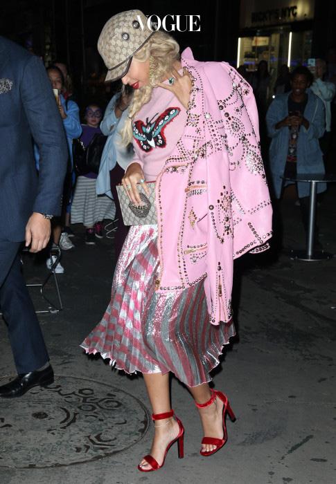 구찌의 핑크 스웨터와 가죽 라이더 재킷, 반짝이는 핑크 줄무늬 스커트를 입은 비욘세! 당신을 핑크의 여왕으로 인정합니다.
