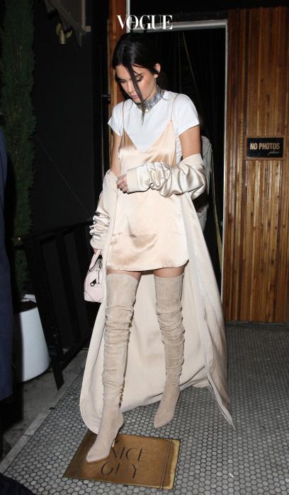 싸이하이 부츠의 매력 중 하나는 다리 전체를 감싸주기 때문에 날씬하고 길어보인다는 것. 특히, 매끄럽지 못한 허벅지 셀룰라이트 가리기에 그만입니다. 켄달 제너가 신은 것처럼 스웨이드 소재의 누드색 싸이하이 부츠는 어떤 옷에도 잘 어울리죠.