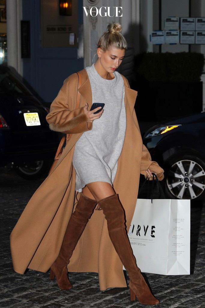자, 바로 지금입니다. 전세계 패션의 흐름을 좌지우지하는 스타일세터들, 그들이 공통적으로 선택한 코트가 포착됐거든요. Hailey Baldwin