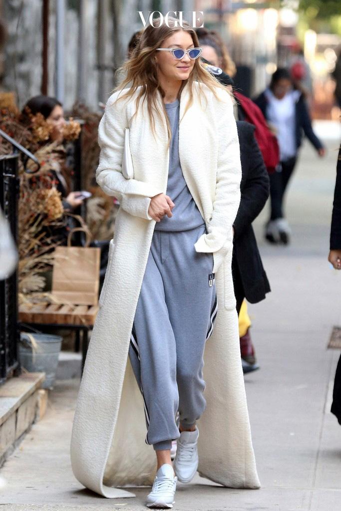 그건 놀랍게도, 바닥에 질질 끌리는 엄청난 길이의 맥시 코트! Gigi Hadid