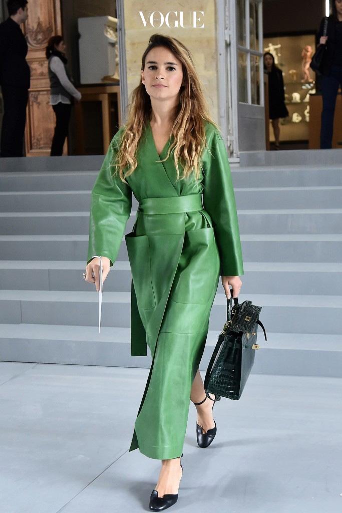 코트 자체를 충분히 활용해 드레스로 연출하는 식으로 다양하게 변주되고 있으니까요. Miroslava Duma