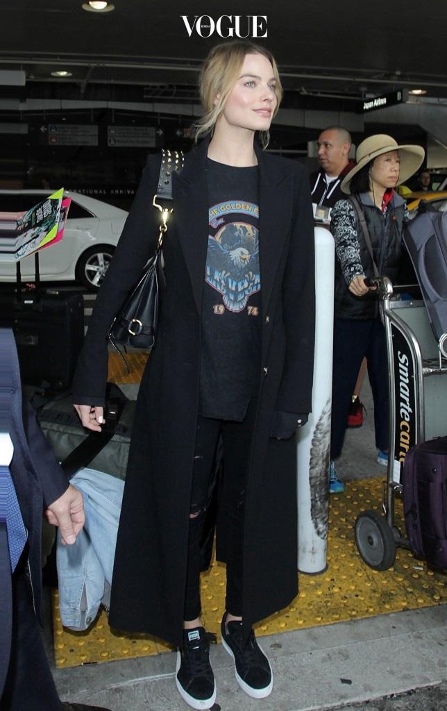 프린트 티셔츠와 스키니진의 캐주얼 룩까지 두루두루 레이어링할 수 있다는 사실! Margot Robbie