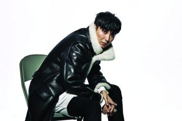 블랙 무스탕 재킷은 암위(Am.We), 화이트 롱 셔츠는 포츠 1961, 블랙 워커는 우영미(Wooyoungmi).
