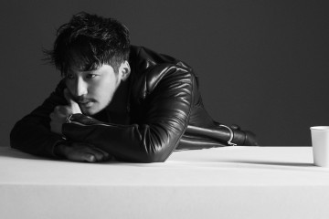레더 바이커 재킷은 준지(Juun.J), 톱은 김서룡(Kimseoryong).