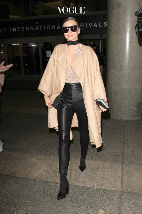 미란다 커 역시 블랙 가죽 팬츠 매니아! 케이프 스타일의 코트와 함께 입으면 통통한 허벅지와 엉덩이를 가릴 수 있답니다.